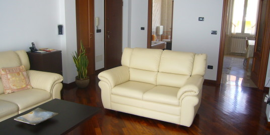 Spacious apartment a few steps from Piazza Dante beautifully renovated