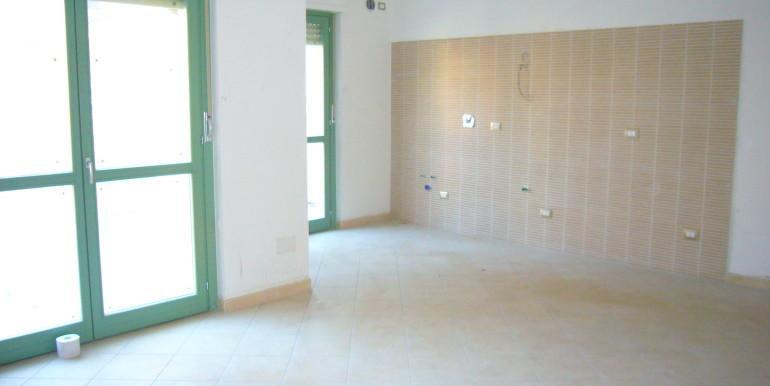 ... soggiorno con angolo cottura, due camere, bagno, balcone e terrazzo