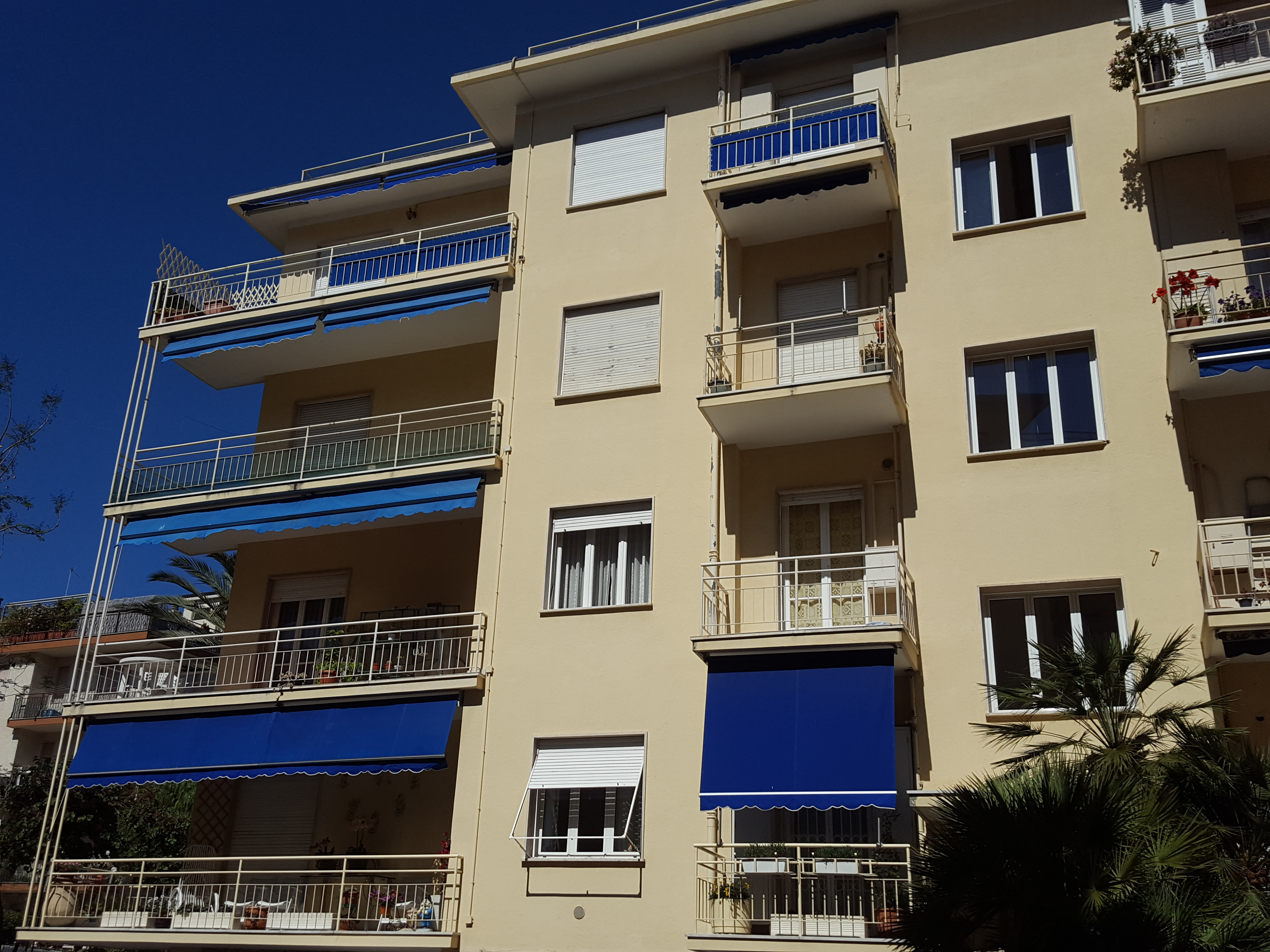 Spacious two bedroom apartment in the center of Bordighera with garage and cellar