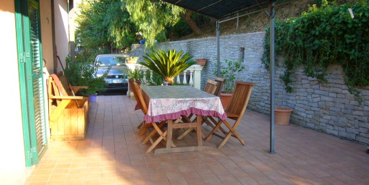 Apartment with garden and parking space in Imperia