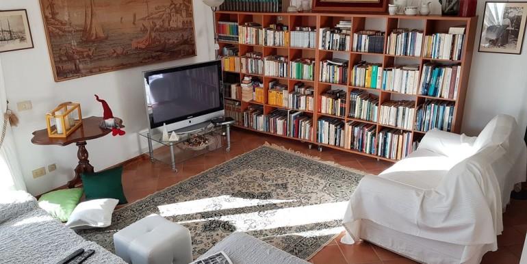 soggiorno con biblioteca