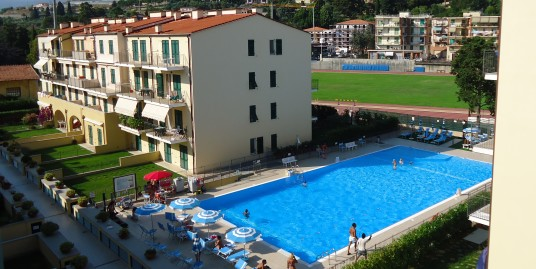 Bilocale con piscina e vista mare