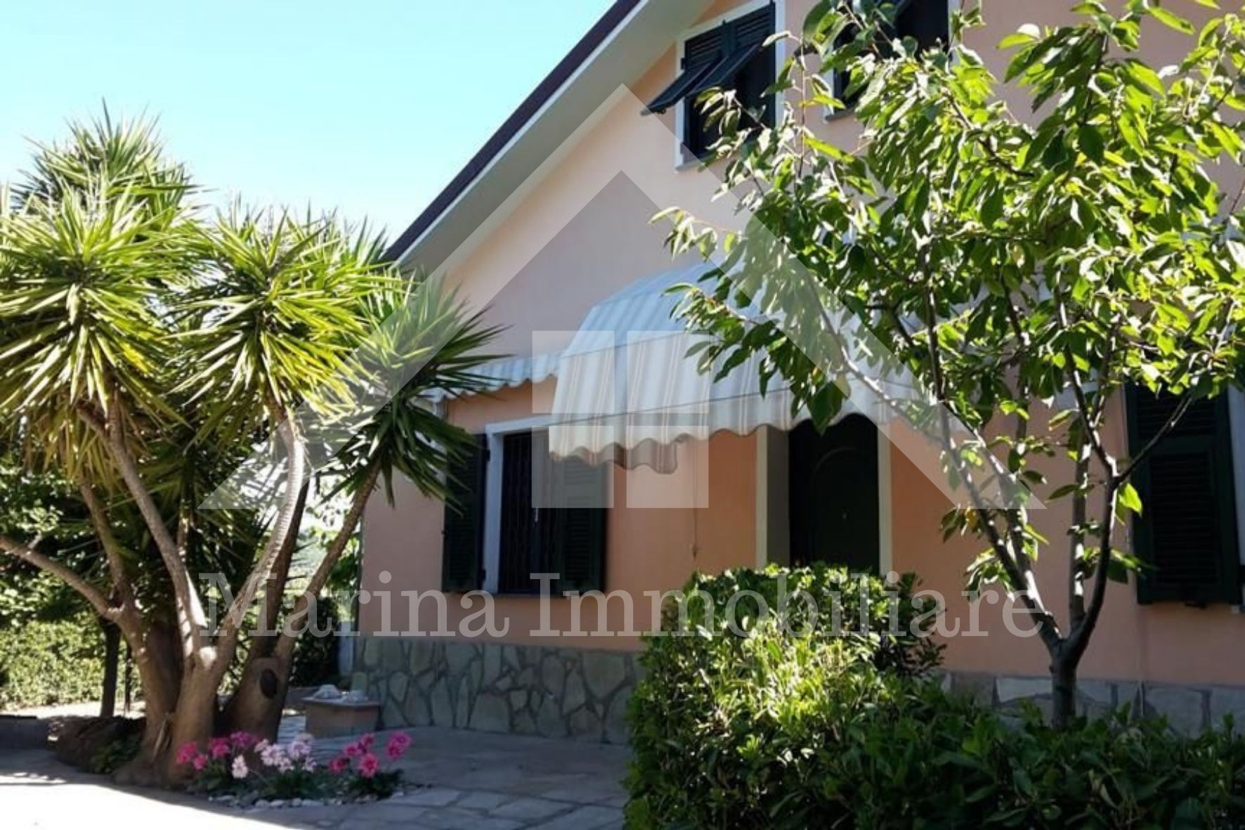 Renovated freestanding house in Oneglia