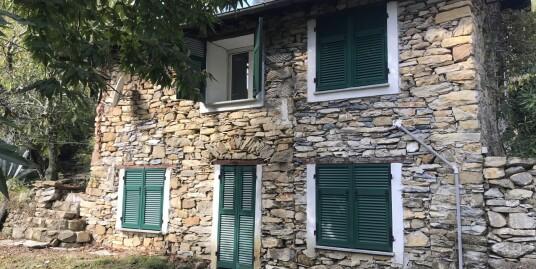 Rustico bifamiliare in pietra ristrutturato a Badalucco